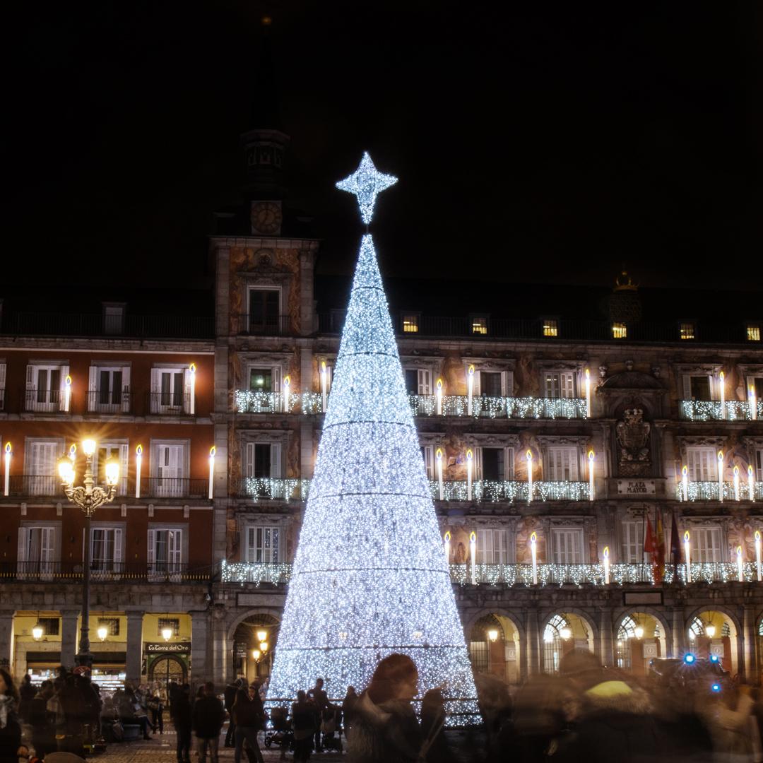 Árbol con luces blancas de la Plaza Mayor de Madrid en Navidad
