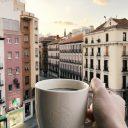 Foto desde un balcón con una taza de Starbucks en la mano. Se ve, de fondo, la plaza de Antón Martín en Madrid.