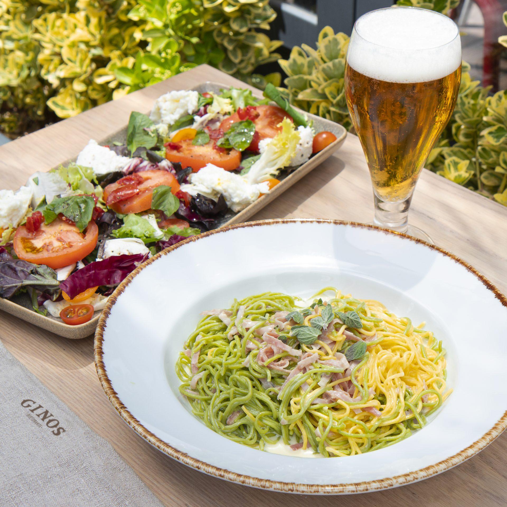 Plato de ensalada y pasta italiana (vegetal y normal en terraza de Ginos
